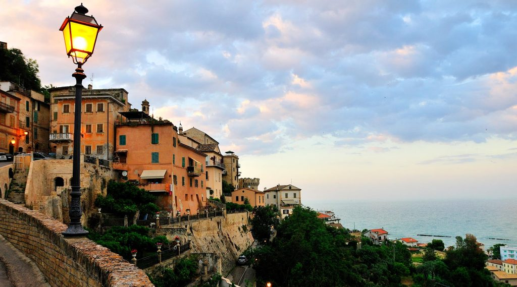 The 4 countries facing the sea to visit in the Marche region